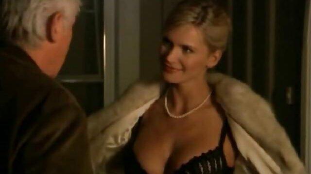 Celana bokep barat panas sempit Lucy Lauren, dan mantel lurus.